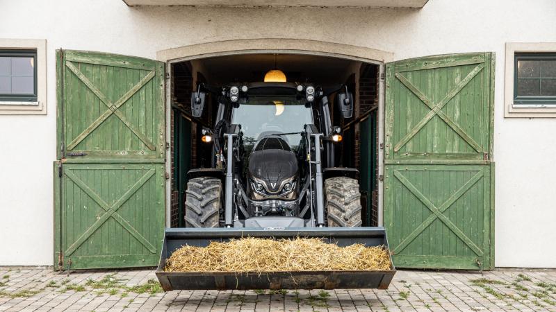 valtra-g-series-tractor-work-hey-frontloader-800-450.jpg